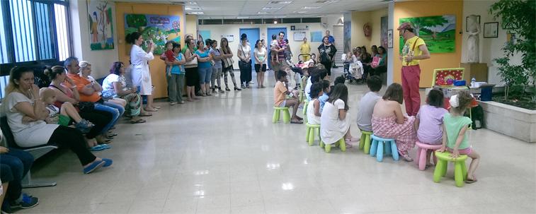 """Ο Κλόουν και εθελοντές της """"Διακονίας"""" χαρίζουν απλόχερα χαρά και παιχνίδι στα νοσηλευόμενα παιδιά."""